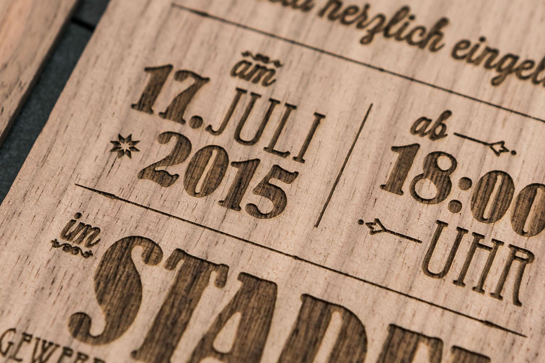 Schön Gestaltung Und Design Einer Einladungskarte Aus Holz. Format DinA6  Postkartenformat, Massive Nussbaumbrettchen 2mm Dick, Konturen  Lasergeschnitten.